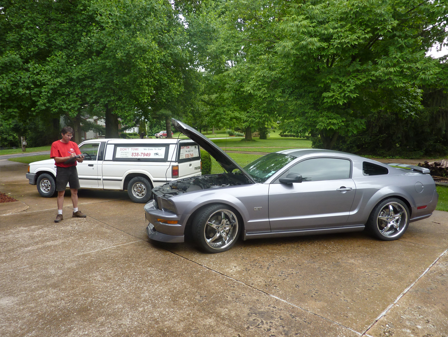 Mobile Auto Repair Service, Writing an invoice for diagnostics on a 2007 Ford Mustang GT. We can help to fix an automotive problem. We come to you.